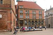 """Gdańsk, (woj. pomorskie). """"Poszukiwacz Bursztynu"""", atrakcja turystyczna w centrum Gdańska, zlokalizowana między Muzeum Bursztynu a Bramą Wyżynną.  Jest to instalacja wodna, w której każdy może wyłowić sobie kawałek bursztynu."""