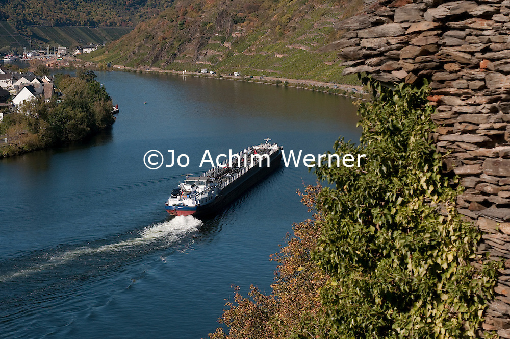 Frachtschiff auf der Mosel, die nicht nur Namensgeber für  eine der schönsten Gegenden Deutschlands und Heimat für zahlreiche köstliche Tropfen ist, sondern auch, nach dem Rhein, Deutschlands meistbefahrenste Wasserstraße. | Water barge on the river Moselle, which is not only home to many fine wines and one of the most beautiful regions of Germany but second only to the Rhine in termns of water transport.
