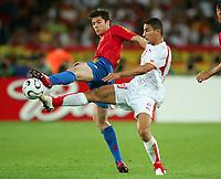 v.l. Alonso Xabi, Hamed Namouchi Tunesien<br /> Fussball WM 2006 Spanien - Tunesien<br /> Spania - Tunisia <br />  Norway only
