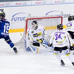 19 Danny Irmen (Stuermer ERC Ingolstadt) scheitert an 31 Patrick Galbraith (Spieler Krefeld Pinguine), <br /> 34 Kyle Sonnenburg (Spieler Krefeld Pinguine), 41 Timothy Hambly (Spieler Krefeld Pinguine), 10 Darryl Boyce (Stuermer ERC Ingolstadt) beim Spiel in der DEL, ERC Ingolstadt (blau) -  Krefeld Pinguine (weiss).<br /> <br /> Foto © PIX-Sportfotos *** Foto ist honorarpflichtig! *** Auf Anfrage in hoeherer Qualitaet/Aufloesung. Belegexemplar erbeten. Veroeffentlichung ausschliesslich fuer journalistisch-publizistische Zwecke. For editorial use only.