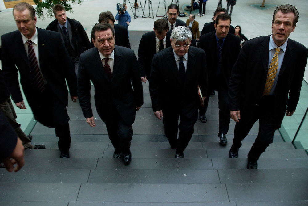 05 JAN 2005, BERLIN/GERMANY:<br /> Gerhard Schroeder (L), SPD, Bundeskanzler, und Joschka Fischer (R), B90/Gruene, Bundesaussenminister, auf dem Weg zur Pressekonferenz zur Fluthilfe der Bundesregierung<br /> Gerhard Schroeder (L), Federal Chancellor of Germany, and Joschka Fischer (R), Federal Minister of Foreign Affairs, on the way to a press conferece about the donations for the tsunami-hit nations<br /> IMAGE: 20050105-01-001<br /> KEYWORDS: Gerhard Schröder, Flutkatastrophe, Sturmflut, Erdbeben, Treppe, Tsunami