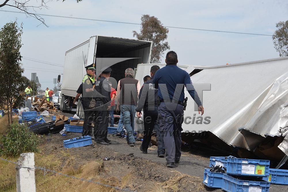 IXTLAHUACA, México.- (Febrero 07, 2018).- Un tráiler que transportaba refacciones automotrices volcó y regó parte de su carga en la autopista Atlacomulco-Toluca, a la altura de la desviación a Ixtlahuaca, por algunas horas la carretera permaneció cerrada mientras se realizaban labores de limpieza y se retiraba la unidad. Agencia MVT / Crisanta Espinosa.