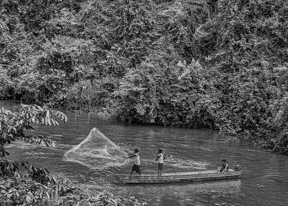 Trois-Sauts, Guyane, 2015.<br /> <br /> Étendue sur 10 030 km², la commune amérindienne de Camopi est composée de 1 623 habitants répartis en plusieurs zones de vie : le bourg et ses écarts le long de la rivière Camopi,  Trois-Sauts et ses villages, à l'extrême sud de la Guyane le long de l'Oyapock, face au Suriname. L'autorisation préfectorale nécessaire pour se rendre dans cette zone réservée depuis 1970 a  été  supprimée  en  juin  2013 pour accéder au bourg de Camopi mais reste obligatoire pour remonter l'Oyapock jusqu'à Trois-Sauts. Plus de 600 amérindiens Wayãmpi y vivent dans des villages accessibles uniquement par voie fluviale, aucune route ne les reliant au reste du département. Les populations amérindiennes vivent au sein de communautés selon des règles coutumières qui leur sont propres et la limite frontalière délimitée par le fleuve Oyapock qu'ils traversent sans cesse reste artificielle.