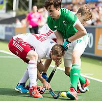 AMSTELVEEN - Sean Murray (IRE) met Barry Middleton (Eng)   tijdens Ierland-Engeland (m) bij de Rabo EuroHockey Championships 2017.  ANP KOEN SUYK