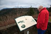 USA, Oregon, Columbia Gorge, Chanticleer Point, hiker reading interpretive sign, MR