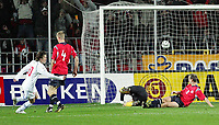 Fotball<br /> Play off VM 2006<br /> Tsjekkia v Norge <br /> Czech Republic v Norway<br /> 16.11.2005<br /> Foto: Morten Olsen, Digitalsport<br /> <br /> Tomas Rosicky (L) has made 1-0 past Thomas Myhre while Brede Hangeland (4) and Jon Inge Høiland (2) watches on