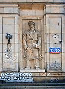 Płaskorzeźba na ścianie budynku przy ulicy Marszałkowskiej w Warszawie, Polska<br /> Bas-relief on the wall of a building on Marszałkowska Street in Warsaw, Poland