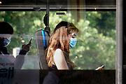 Nederland, Nijmegen, 20-6-2020 Mensen in de bus dragen een gezichtsmasker . Het is verplicht in het openbaar vervoer, bus,trein,tram,pont, volgens de noodverordening die de regering heeft uitgevaardigd om een tweede golf van coronabesmetting te voorkomen . Foto: Flip Franssen