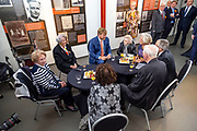 Koning Willem-Alexander opent het Nationaal Monument Oranjehotel.