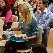 NLD/Amsterdam/20101115 - Presentatie Douwe Egberts Sinterklaasboeken Openbare Bibliotheek Amsterdam, Judith Osborn leest sinterklaas boekje