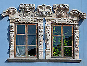 Ozdobione rzeźbami okna w kamienicy Konopniców na lubelskim Starym Mieście