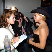 NLD/Amsterdam/20050806 - Gaypride 2005, optreden Vanessa, Conny word geinterviewd door Vera van IN Magazine