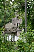 Sintra, de Monte da Lua (maanberg), is een magische, mysterieuze plaats waar mens en natuur in zodanig perfecte harmonie leven dat UNESCO het stadje op de werelderfgoedlijst heeft geplaatst. - Quinta da Regaleira<br /> <br /> Sintra, the Monte da Lua (Moon Mountain), is a magical, mysterious place where people and nature live in such perfect harmony that UNESCO has placed the town on the World Heritage List - Quinta da Regaleira