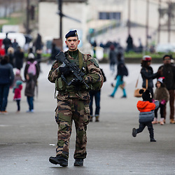 Patrouilles de militaires du 1er Régiment d'Infanterie de Sarrebourg dans le cadre de l'Opération Sentinelle pour faire face à la menace terroriste sur le territoire français.<br /> Février 2016 / Paris (75) / FRANCE<br /> Voir le reportage complet (48 photos) http://sandrachenugodefroy.photoshelter.com/gallery/2016-02-Patrouilles-Sentinelle-a-Paris/G0000VxttyTMVg.I/1/C0000yuz5WpdBLSQ