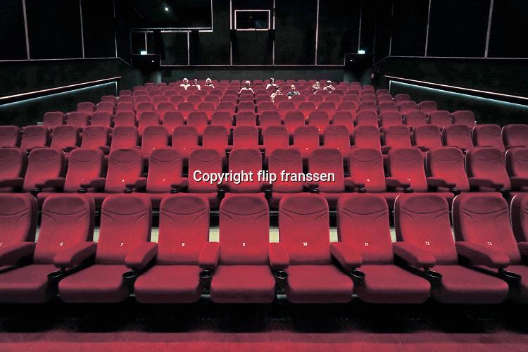 Nederland, Nijmegen, 1-7-2020 Bioscoopzaal bij de megabioscoop in Nijmegen noord, Lent . Deze filmvoorstelling telt 16 bezoekers, die op de bovendste rijen zitten . Foto: ANP/ Hollandse Hoogte/ Flip Franssen