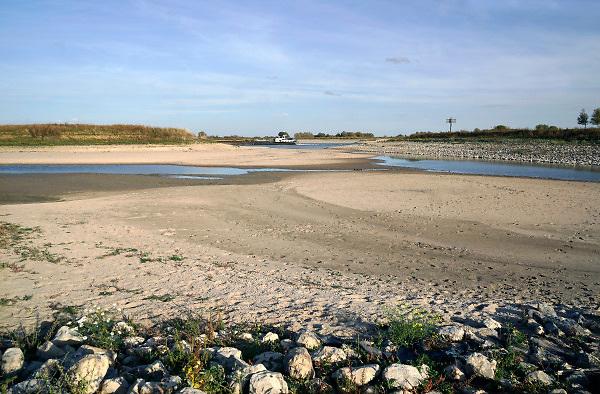 Nederland, the netherlands, Nijmegen, 16-10-2018 Door de aanhoudende droogte staat het water in de rijn, ijssel en waal extreem laag . Laagterecord en de laagste officiele stand ooit bij Lobith gemeten, 6,75 m boven NAP . Schepen moeten minder lading innemen om niet te diep te komen . Hierdoor is het drukker in de smallere vaargeul . Door te weinig regenval in het stroomgebied van de rijn is het record verbroken . Foto: Flip Franssen
