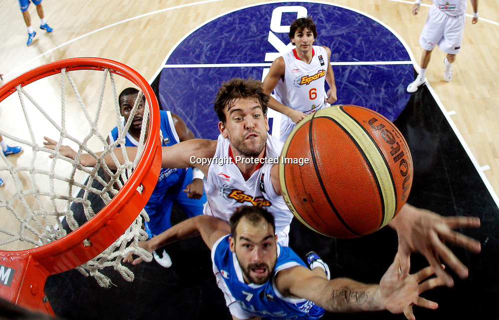 epa02316652 Greece's Vasileios Spanoulis (front) tries to score while being blocked by Spain's Marc Gasol (rear) during the FIBA World Basketball Championship round of 16 match between Spain and Greece in Istanbul, Turkey, on 04 September 2010.  EPA/KERIM OKTEN