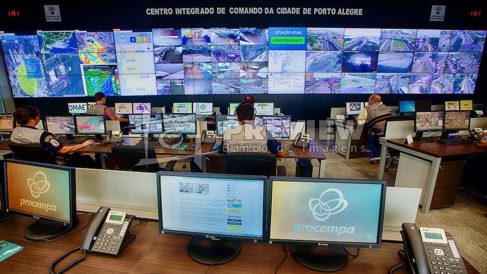 Centro Integrado de Comando de Porto Alegre - CEIC, é uma Central de Inteligência, que conta com 300 câmeras de videomonitoramento visualizadas por 39 monitores e vinculada ao gabinete do prefeito. São 20 pontos da cidade monitorados 24 horas por dia durante os sete dias da semana. FOTO: Jefferson Bernardes/Preview.com