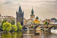 Prague, la ville aux mille tours et mille clochers, n'a pas seulement inspire Andre Breton et les surrealistes. Chaque annee, la belle Tcheque seduit des millions d'admirateurs du monde entier. Monuments, façades et statues racontent une histoire mouvementee ou planent les ombres du Golem, de Mucha ou de Kafka.<br /> Depuis 1992, le centre ville historique est inscrit sur la liste du patrimoine mondial par l'UNESCO<br /> Le pont Charles (Karluv most) est un pont qui relie la Vieille-Ville de Prague (Stare Mesto) au quartier de Mala Strana. Construit au XIVesiecle, il sera le seul pont sur la Vltava jusqu'en 1741.
