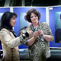 Nederland, Amsterdam , 27 november 2012..Fotograaf Heike Suhre uit Emmen krijgt van oud-winnaar Patricia Steur in Amsterdam de Grote Paul, uitgereikt, een fotovakprijs vernoemd naar de in 2002 overleden fotograaf Paul Huf. bij waternet gebouw Hoogheemraadschap..Foto:Jean-Pierre Jans