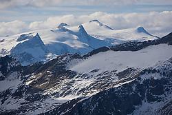 05.04.2010, Tauernhaus, Matrei in Osttirol, AUT, Suche am Grossvenediger nach Vermissten, im Bild Die vier Schneeschuhwanderer im Alter zwischen 40 und 50 Jahren starteten am Samstag von der Kürsinger Hütte auf den Großvenediger (3.662 Meter). Ein fünfter Alpinist - alle stammen aus dem Großraum Tübingen-Pforzheim - blieb auf der Hütte zurück. Beim Abstieg vom Gipfel wurden die vier auf der Venedigerscharte zum letzten Mal gesehen. Es wird vermutet, dass sie sich im Nebel verirrt haben..Deutscher Politiker unter Venediger-Vermissten, nach wie vor können die Suchtrupps auf dem Großvenediger nicht starten. Schlechtwetter verhindert den Aufstieg und Hubschrauberflüge. Da sich unter den Vermissten auch ein deutscher Politiker befindet, ist nun die Polizei zuständig. hier im Bild, Übersich auf das Gletschermassiv der Vediedigergruppe mit Großvenediger aus Sicht vom Großglockner. EXPA Pictures © 2010, PhotoCredit: EXPA/ J. Groder / SPORTIDA PHOTO AGENCY