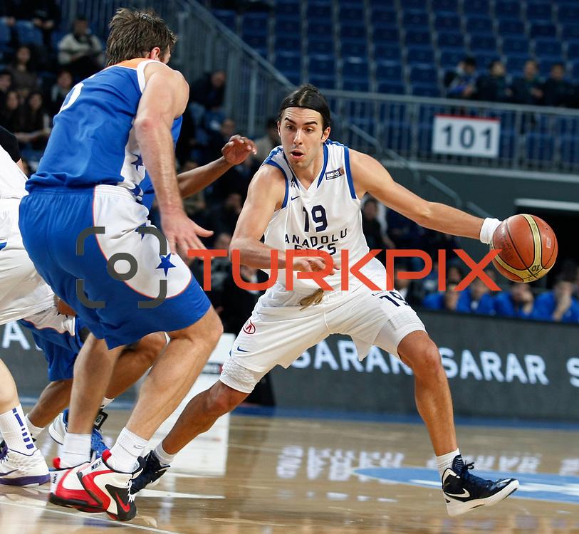Anadolu Efes's Sasha Vujacıc (R) during their Turkish Basketball League match Anadolu Efes between Mersin BSB at Sinan Erdem Arena in Istanbul, Turkey, Saturday, January 14, 2012. Photo by TURKPIX