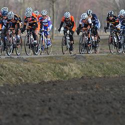 Het peloton onderweg naar Veendam tijdens de 2e etappe in de Energiewachttour