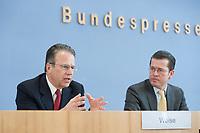12 APR 2010, BERLIN/GERMANY:<br /> Frank-Juergen Weise (L), Vorstandsvorsitzender der Bundesanstalt fuer Arbeit, und Karl-Theodor zu Guttenberg (R), CDU, Bundesverteidigungsminister, waehrend einer Pressekonferenz zur Vorstellung der Strukturkommission der Bundeswehr, Bundespressekonferenz<br /> IMAGE: 20100412-01-006<br /> KEYWORDS: Frank-Jürgen Weise