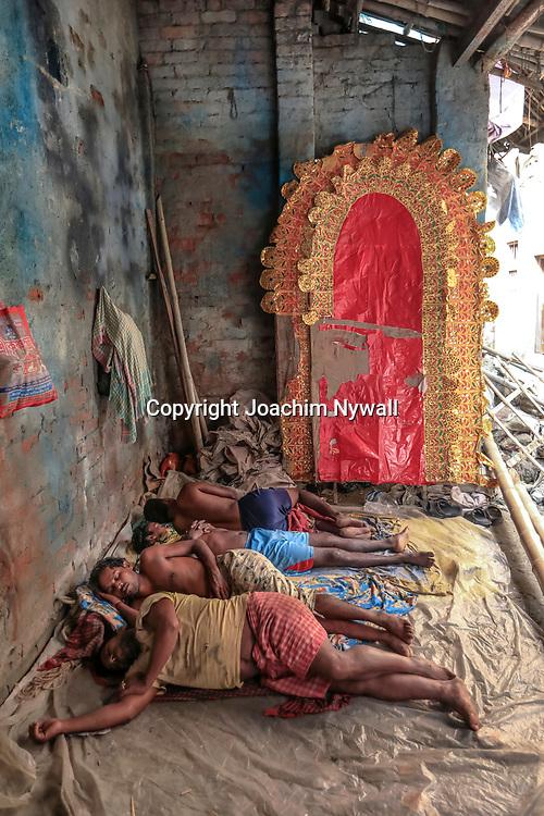 20171028 Kolkata Calcutta Indien<br /> Kumartuli<br /> Stadsdelen där man gör alla skulpturer och statyer till festivaler och tempel<br /> Otroligt duktiga hantverkare och konstnärer<br /> Ett par sovande konstnärer<br /> ----<br /> FOTO : JOACHIM NYWALL KOD 0708840825_1<br /> COPYRIGHT JOACHIM NYWALL<br /> <br /> ***BETALBILD***<br /> Redovisas till <br /> NYWALL MEDIA AB<br /> Strandgatan 30<br /> 461 31 Trollhättan<br /> Prislista enl BLF , om inget annat avtalas.