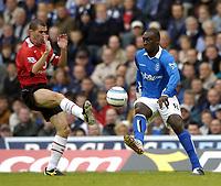 Fotball<br /> Premier League England<br /> 2004/2005<br /> 16.10.2004<br /> Foto: SBI/Digitalsport<br /> NORWAY ONLY<br /> <br /> Birmingham City v Manchester United<br /> <br /> Birmingham's Emile Heskey (R) challenges Manchester United's Roy Keane for possession.