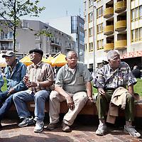 Nederland, Amsterdam , 20 mei 2010..Oudere Nederlanders van Surinaamse afkomst gezellig keuvelend op een bankje bij de Amsterdamse Poort.Foto:Jean-Pierre Jans