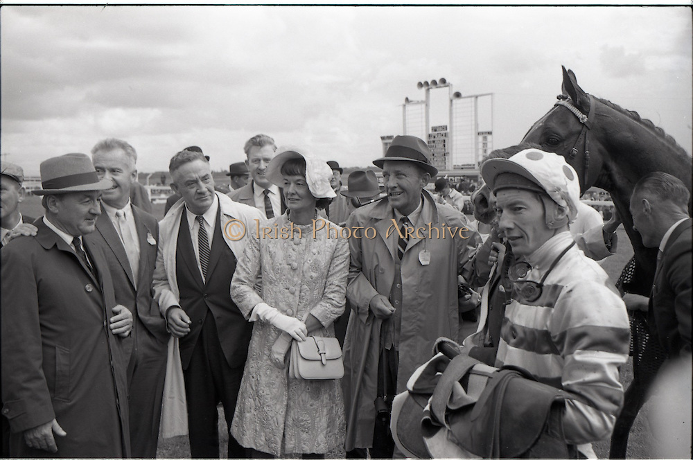 """26/06/1965<br /> 06/26/1965<br /> 26 June 1965<br /> Irish Sweeps Derby at the Curragh Race Course, Co. Kildare. Image includes Mr. Paddy Pendergast, trainer, Mr. G.M. """"Max"""" Bell, Mrs Frank McMahon and Bing Crosby, joint owners of Derby winner """"Meadow Court"""" with both the horse and jockey Lester Piggott."""