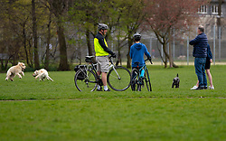Edinburgh, Scotland, UK. 31 March, 2020. Police patrol public parks and walking areas to enforce the coronavirus lockdown regulations about being outdoor. People outside socialising in Victoria Park. Iain Masterton/Alamy Live News