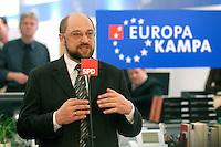 12 JAN 2004, BERLIN/GERMANY:<br /> Martin Schulz, MdEP, SPD Spitzenkandidat, eroeffnet den Europa Wahlkampf mit einer Pressekonferenz und einer Besichtigung der SPD Europa Kampa, Wahlkampfzentrale fuer die Wahl des Europaeischen Parlamentes im Willy-Brandt-Haus<br /> IMAGE: 20040112-02-015<br /> KEYWORDS: Eröffnung, Eroeffnung