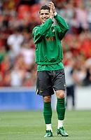 Portugals Cristiano Ronaldo begruesst die  portugisischen Fans in der Maladiere. © Manu Friederich/EQ Images