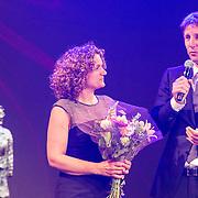 NLD/Hilversum/20140517 - Edwin van der Sar Foundation ontvangt de Majoor Bosshardt Prijs 2014, Edwin van der Sar en partner Annemarie met de prijs, Edwin van der Sar en partner Annemarie nemen de majoor Bosshardt prijs in ontvangst