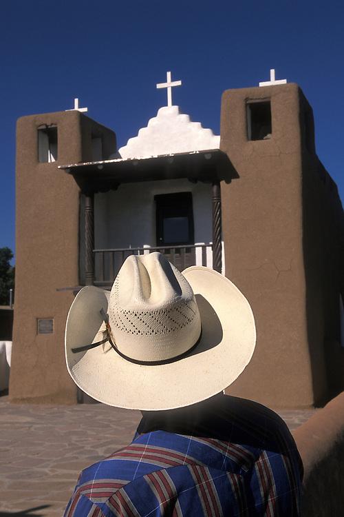 EEUU. Nuevo México. Taos<br /> Un hombre observa la iglesia del pueblo indígena de Taos<br /> <br /> USA. New Mexico. Taos<br /> A man watches the Church of Taos Indian Town<br /> <br /> © JOAN COSTA