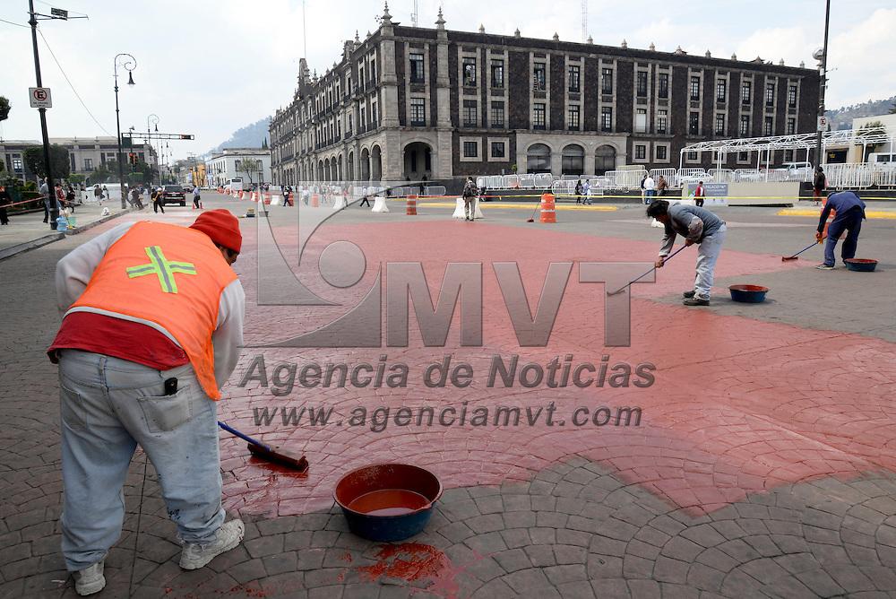 Toluca, México.- A unos días de realizarse la Cumbre de Líderes de América del Norte, se trabaja a marchas forzadas en el embellecimiento de la ciudad, pintando el pavimento, arreglando luminarias, arreglo de los principales jardines,  entre otras cosas. Agencia MVT / Crisanta Espinosa