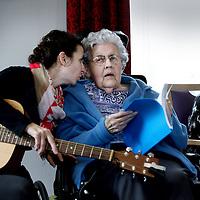 Nederland, Amsterdam , 18 maart 2013.<br /> muziektherapie door muziektherapeute Irene Maijer-Kruijssen bij ouderen in verpleeghuis Gaasperdam.<br /> Mensen met dementie raken hun geheugen steeds meer kwijt maar via muziek weten ze nog zich nog wel veel te herinneren.<br /> Muziek blijft het langst hangen en kan hen rustig en gelukkig maken.<br /> Foto:Jean-Pierre Jans