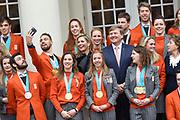 Een groepsfoto van de medaillewinnaars Winterspelen PyeongChang met  koning Willem-Alexander, koningin Máxima en prinses Margriet bij paleis Noordeinde <br /> <br /> A group photo of the medal winners Winter games PyeongChang with King Willem-Alexander, Queen Máxima and Princess Margriet at Noordeinde Palace<br /> <br />  <br /> Kjeld Nuis maakt een selfie met de Koning en Koningin