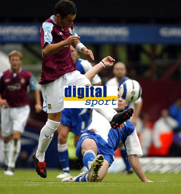 Fotball<br /> England 2005/2006<br /> Foto: SBI/Digitalsport<br /> NORWAY ONLY<br /> <br /> West Ham Utd v Blackburn Rovers<br /> Barclaycard Premiership.<br /> 13/08/2005.<br /> <br /> Matthew Etherington of West Ham nips the ball away from Brett Emerton of Blackburn