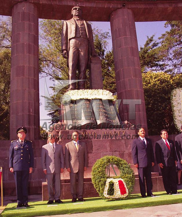 Toluca, Méx.- Con motivo del 130 aniversario luctuoso de Benito Juárez García, el día de hoy se llevo a cabo una ceremonia en el hemiciclo dedicado a su memoria . Agencia MVT / Arturo Rosales Chávez. (FILM)<br /> <br /> NO ARCHIVAR - NO ARCHIVE