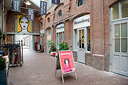 Opening van de mensologen recruitment agency in de Hallen, Amsterdam, samen medewerkers en directieleden van Arkin en de ambassadeurs Wim Kieft, Heleen van Royen, Sofie van den Enk, Glenn Helder en Lisa Brammer. De agency is voor iedereen toegankelijk; voor gz-professionals die willen weten hoe het is om bij Arkin te werken. De 13 ambassadeurs hebben hiervoor een podcastserie Specialisme Mens opgenomen.<br /> <br /> Op de foto: mensologen recruitment agency in de Hallen, Amsterdam