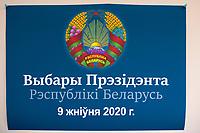 Bialystok, 04.08.2020. Poczatek przedterminowego glosowania w wyborach prezydenckich na Bialorusi w Konsulacie Generalnym Republiki Bialorus w Bialymstoku. Przedterminowe glosowanie w wyborach prezydenckich na Bialorusi rozpoczelo sie dzis (wtorek) i potrwa do soboty. Wlasciwym dniem wyborow prezydenckich jest niedziela 9 sierpnia. Opozycja apeluje do wyborcow, by nie glosowali przed tym dniem, poniewaz wczesniejsze glosowanie umozliwia falszerstwa. N/z okolicznosciowy plakat wyborczy z herbem Bialorusi fot Michal Kosc / AGENCJA WSCHOD