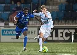Jubril Adedeji (HB Køge) og Hans Christian Bonnesen (FC Helsingør) under kampen i 1. Division mellem HB Køge og FC Helsingør den 4. december 2020 på Capelli Sport Stadion i Køge (Foto: Claus Birch).