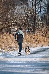THEMENBILD - eine junge Frau läuft mit ihrem Hund auf einem Winterwanderweg um die Wette, aufgenommen am 03. Dezember 2020, Zell am See, Österreich // a young woman competes with her dog on a winter hiking trail on 2020/12/03, Zell am See, Austria. EXPA Pictures © 2020, PhotoCredit: EXPA/ Stefanie Oberhauser