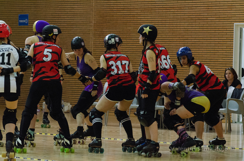 Player of BMO Roller Derby Girls and Roller Derby Madrid prepared for the begining of a jam.