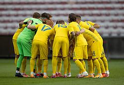 Det ukrainske hold samlet på banen før U21 EM2021 Kvalifikationskampen mellem Danmark og Ukraine den 4. september 2020 på Aalborg Stadion (Foto: Claus Birch).