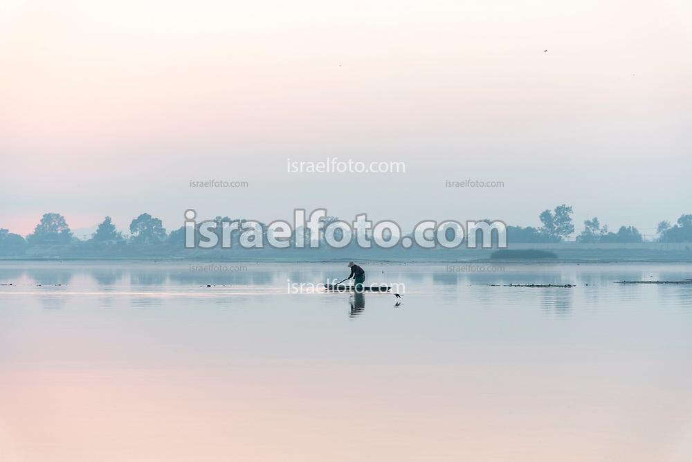 17 de junio de 2020, Zumpango, Estado de México. Pescador trabajando en el Lago de Zumpango.  /  Fisherman working at Zumpango Lake