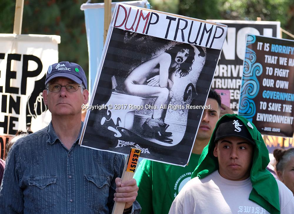 4月29日,美国加利福尼亚州洛杉矶,民众手示威牌参与「人民气候游行」。当天,美国多个城巿有民众趁总统特朗普就任一百日上街游行,反对特朗普对气候变化的态度。新华社发 (赵汉荣摄)<br /> People participate in a climate change awareness march and rally, in Los Angeles, the United States, Saturday, April 29, 2017. The gathering was among many others of its kind held nationwide marking President Donald Trump's 100th day in office. (Xinhua/Zhao Hanrong)(Photo by Ringo Chiu/PHOTOFORMULA.com)<br /> <br /> Usage Notes: This content is intended for editorial use only. For other uses, additional clearances may be required.